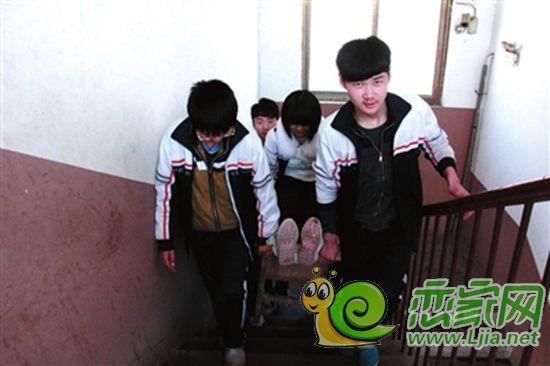 魏县第四中学一初中女生 临近中考受伤 同学背着上学 邯郸新闻图片