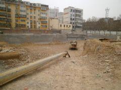 中和商厦正在挖槽(2013.4.8)
