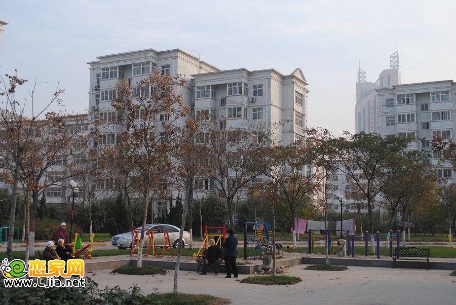 小区的楼体和广场――广泰小区
