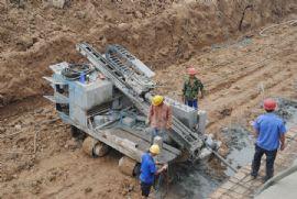 漳·和府施工人员在封边(2012.8.31)