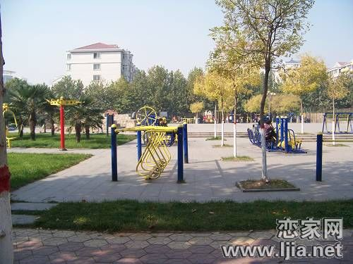 政通小区广场内的健身器械
