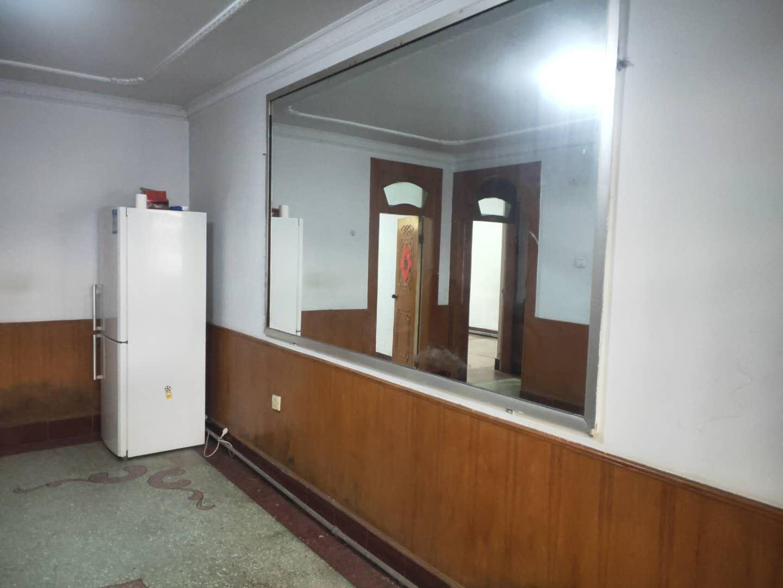 罗城头6号院 一层 三室一厅带30平后院 光明南小学