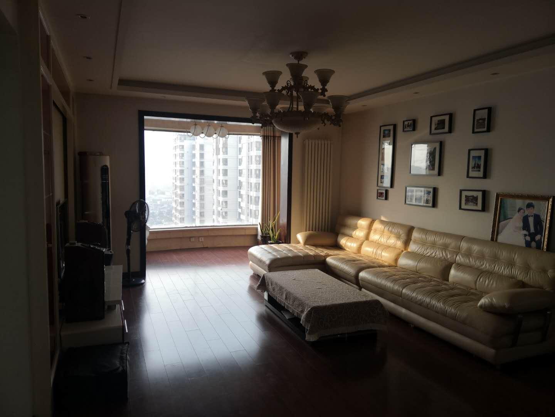星城国际 精装大三居客厅带飘窗 看房方便